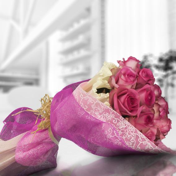 Adornado con cinta organza (2.0), Decorado con una malla simple (2.0), Envuelto en papel Crepre (1.0), Envuelto en papel celofán engomado (2.0), Rosa fucsia importada de tallo largo (12.0)