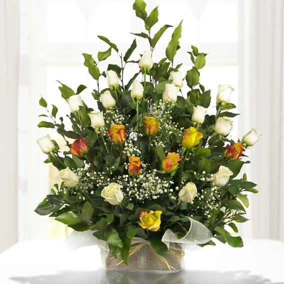 Arreglo Floral Tipo Arrimo Grande Con Dos Colores De Rosas Importadas