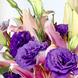 CINTASATIN BEIGE (1.0), Tridente (1.0), Lisianthus Morado (10.0), Papel empavonado rosado (2.0), Espuma floral (1.0), Liliums Rosados (6.0)