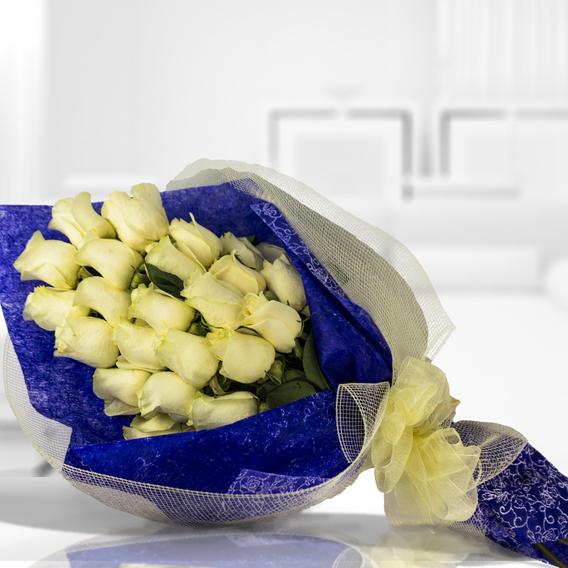 Decorado con una malla simple (2.0), Envuelto en papel celofán engomado (1.0), Adornado con cinta organza (2.0), Rosa blanca importada de tallo largo (12.0)