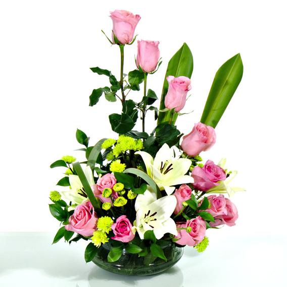 Fino Arreglo Con Rosas Pastel Y Liliums En Base Circular