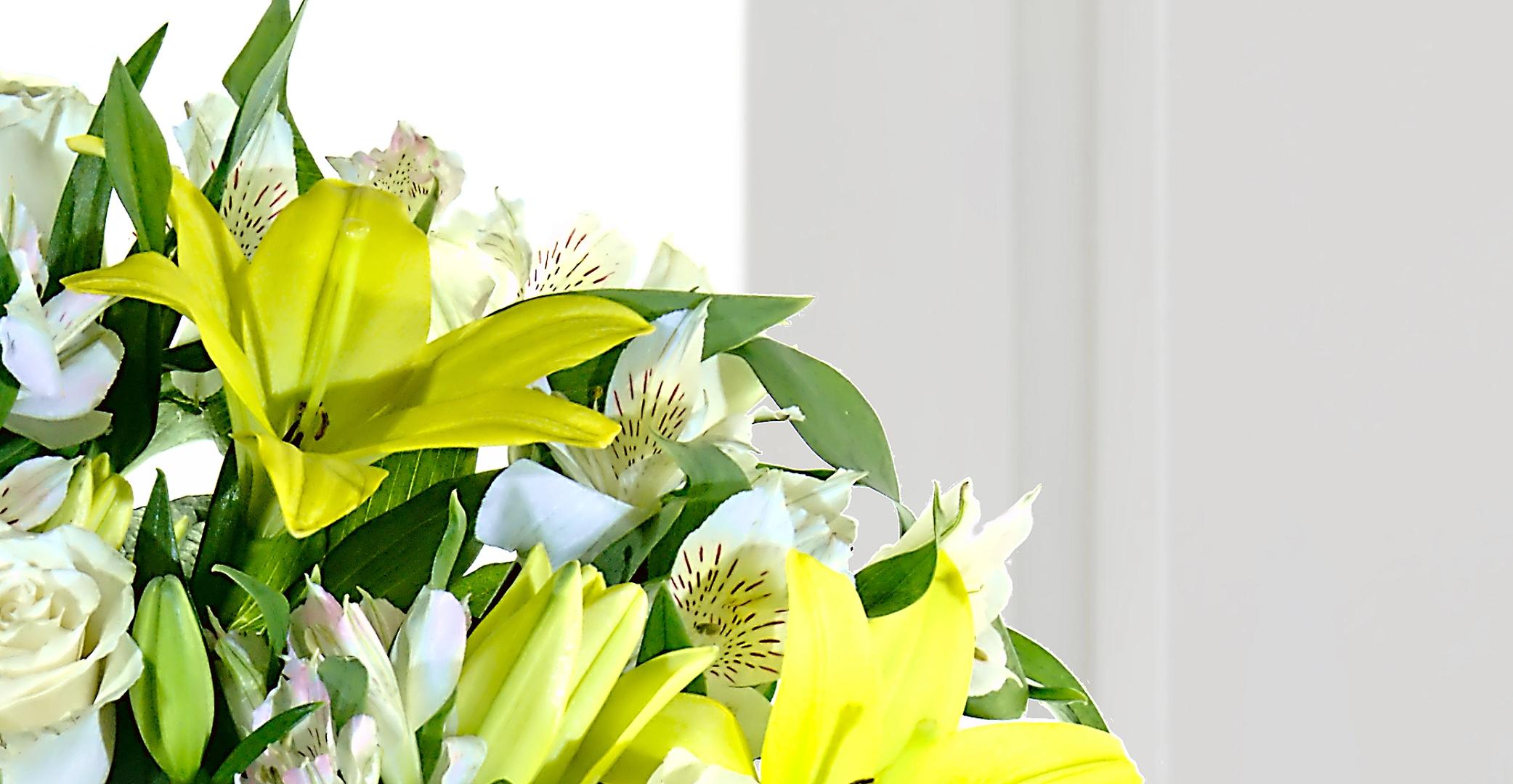 Espuma floral (1.0), Rosa blanca importada de tallo largo (9.0), Astromelias (10.0), Decorado con papel arroz (1.0), Ruscus (10.0), Liliums Amarillos (9.0)