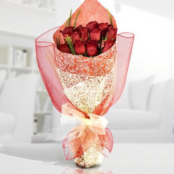 Decorado con una malla simple (2.0), Envuelto en papel celofán engomado (2.0), Adornado con cinta organza (2.0), Rosa roja importada de tallo largo (12.0)